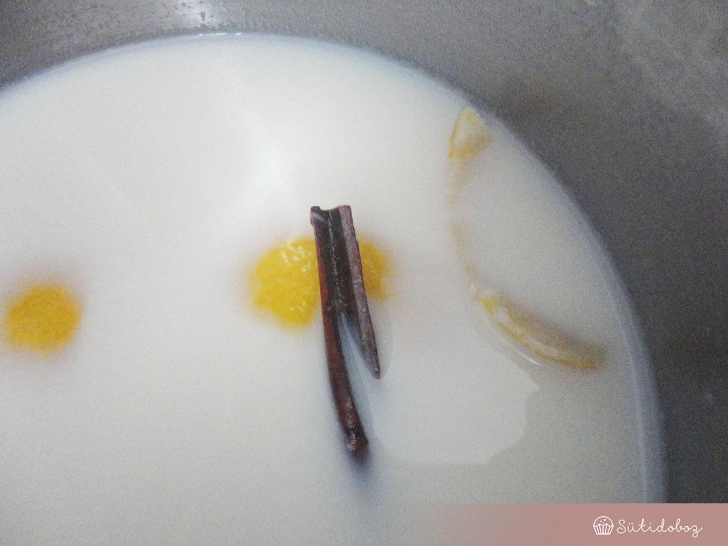 A tejet felforraljuk a fahéjrúddal és a citromhéjjal