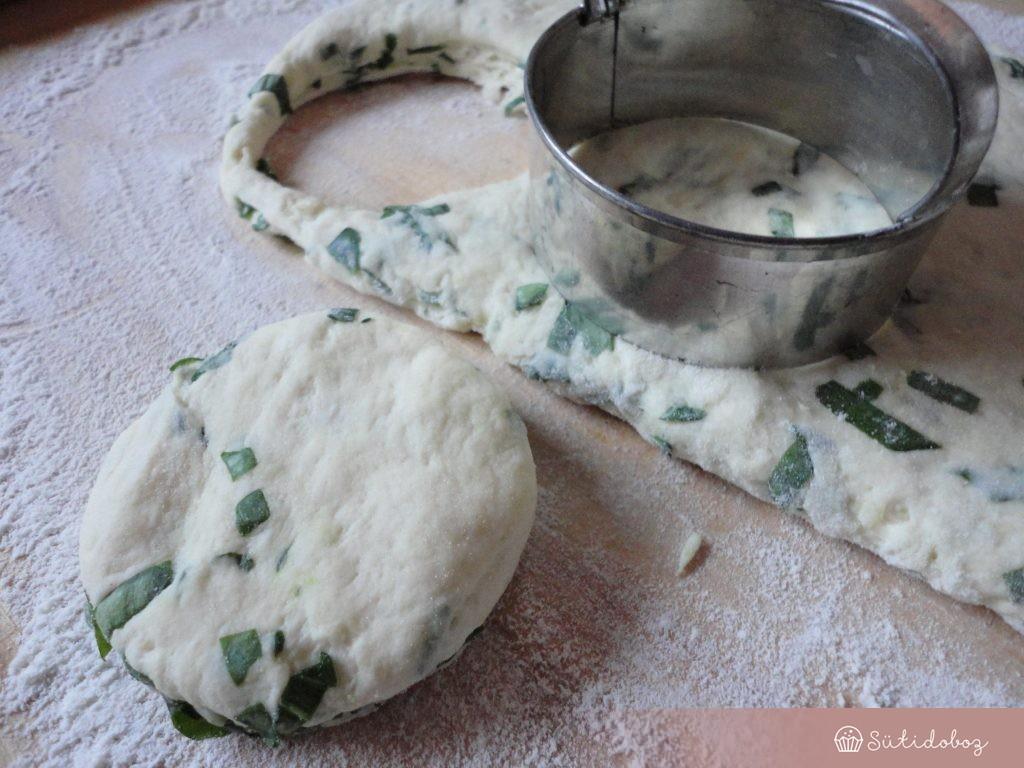 A lángos tésztát kiszaggatjuk