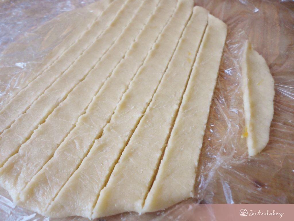 A maradék tésztát ujjnyi vastag csíkokra vágjuk