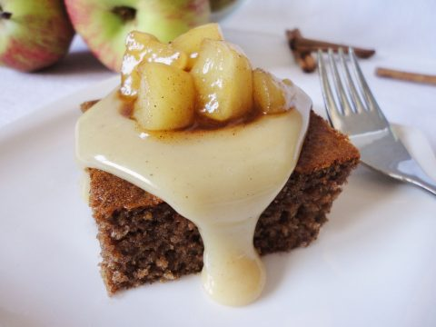 Gingerbread sült almával és karamellszósszal