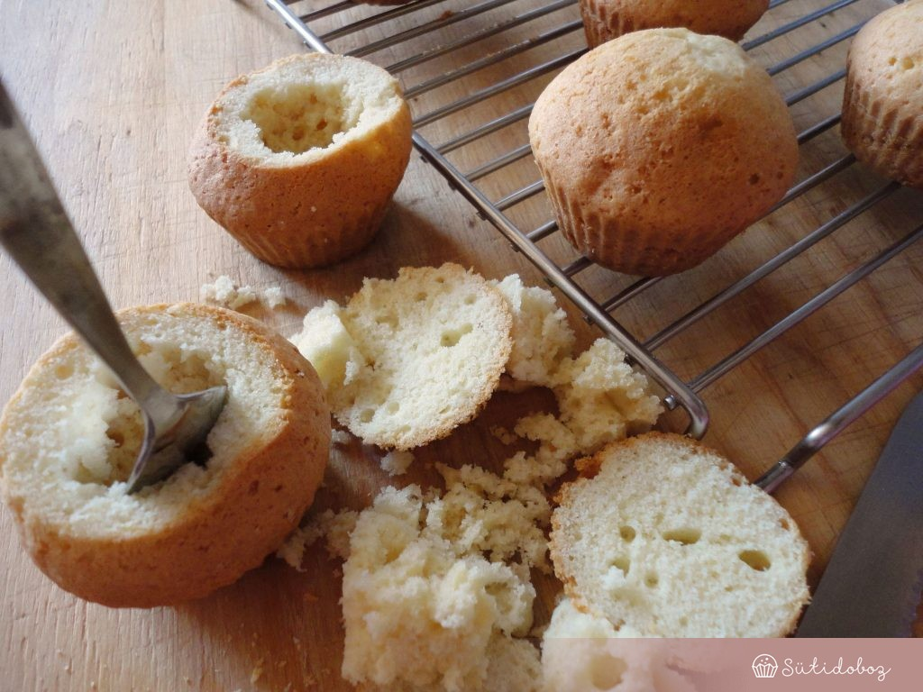 A muffinok közepét kikapargatjuk