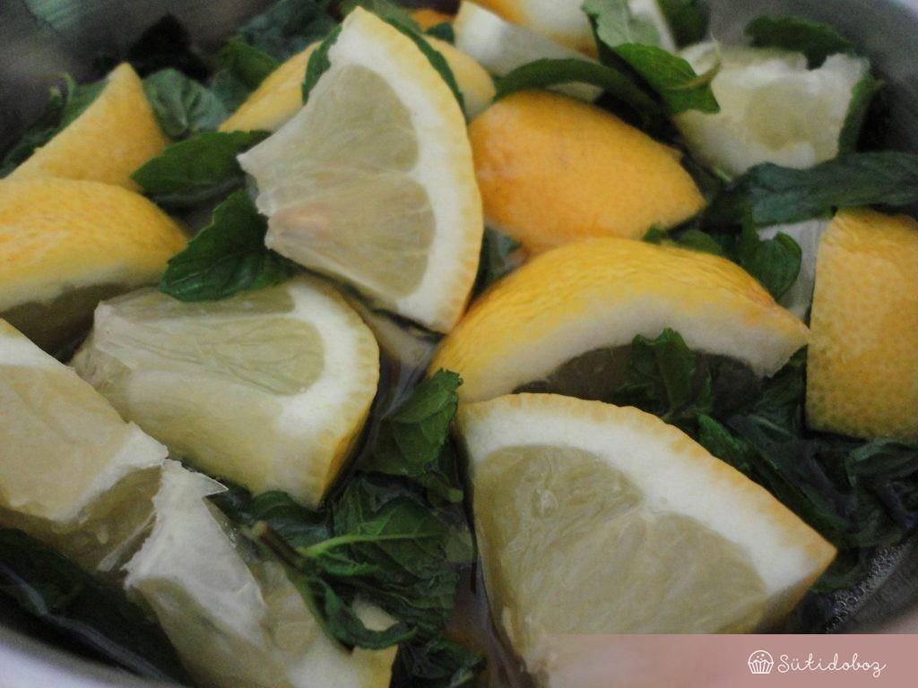 A szirupban áztatjuk a citromokat és a mentát
