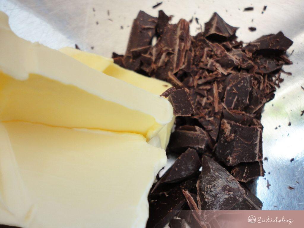 A csokit felolvasztjuk gőz fölött a vajjal