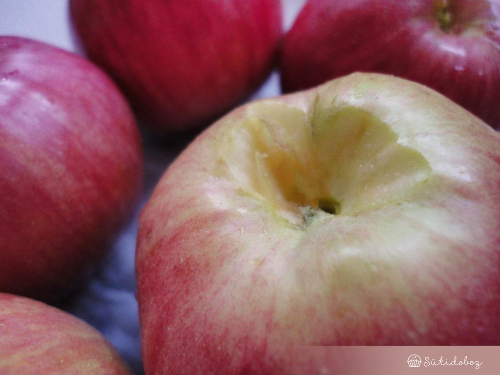 Az almák kaccsát eltávolítjuk