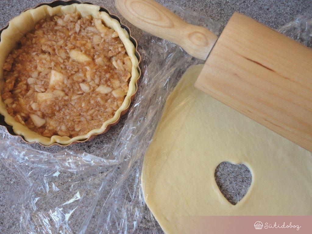 A tésztát pite formába igazítjuk és megtöltjük