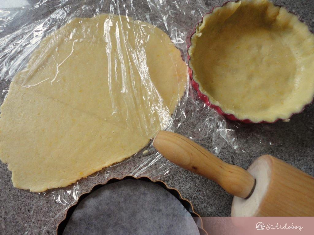 A tésztát belesimítjuk a formába