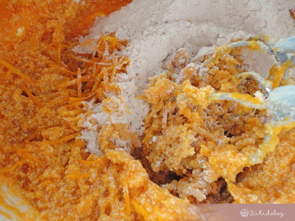 Hozzáadjuk a lisztes keveréket és a narancsot