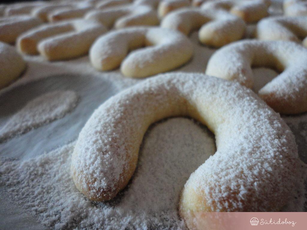 megszórjuk vaníliás cukorral