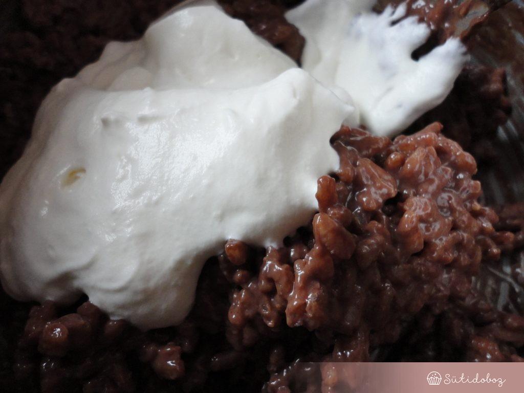 A tejszínt a csokis rizshez forgatjuk