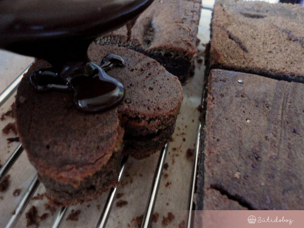 Süti bevonása vörösboros csokimázzal
