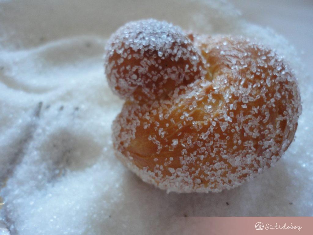 Vaníliás cukorba forgatjuk a brioche fánkokat