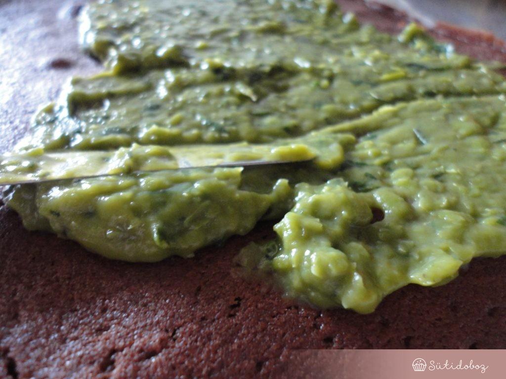 Mentás zöldborsókrémes süti összeállítása